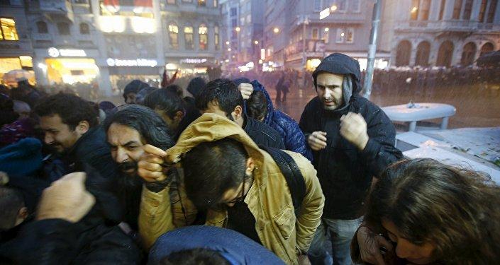 La police turque utilise des canons à eau et des gaz lacrymogènes pour disperser une manifestation de Kurdes à Istanbul, le 28 novembre 2015