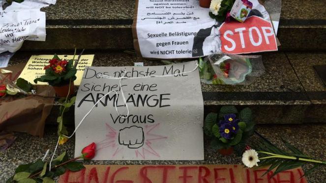 Des fleurs déposées sur les marches de la gare de Cologne.