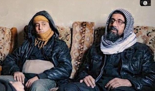 Le père de Abu al-Imara Omri parle à la caméra avant que son fils se lance dans la mission suicide