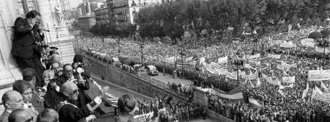 Francisco Franco se asoma al balcón del Palacio Real ante las multitudes en la plaza de Oriente / EFE