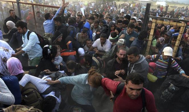 Refugiados logran romper el cordón policial y cruzar a Gevgelija, ciudad macedonia situada en la frontera con Grecia. EFE