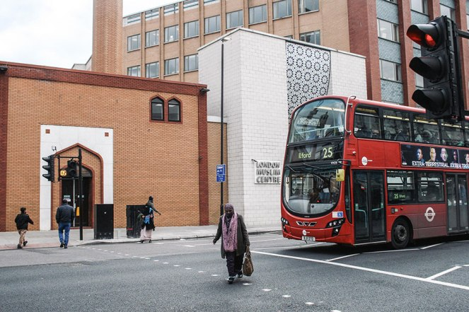 Una mujer musulmana cruza uno de los pasos de cebra de Whitechapel