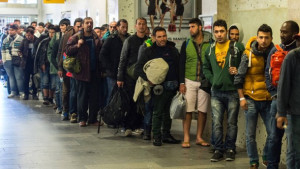 fluechtlinge-warten-am-bahnhof